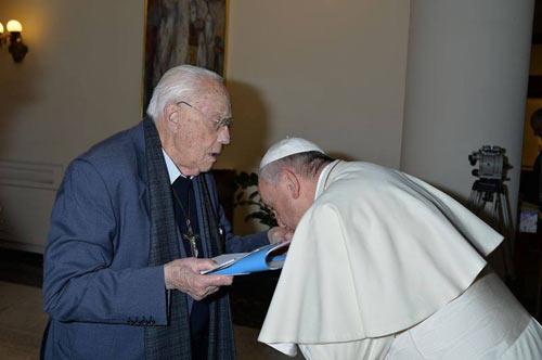 Папа целует руку защитнику содомитов.