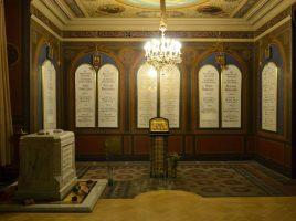 Надгробие над Святыми Мощами Царя и Царственных Мучеников в Петропавловском соборе в Санкт – Петербурге.