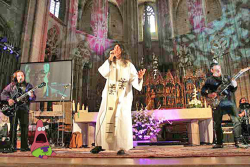 """""""Месса-хардрок"""". В центре """"падре Джонни"""". Католический кафедральный собор в Таррагоне (Испания) 8 апреля 2012 года."""