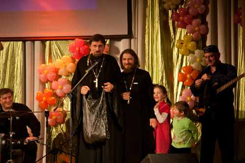 о. Андрей Винник и о. Александр Лыков на концерте