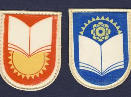 Нарукавные эмблемы на младших и средних классов (слева) и старших классов (справа) к форме для мальчиков образца 1975 года.