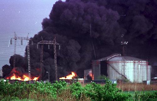 Годовщина бомбардировок Югославии странами НАТО. 1999 г. - горящая ТЭЦ в Белграде