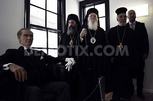 Патриарх Варфоломей в турецком консульстве с восковой фигурой Кемаля Ататюрка.