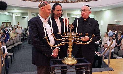 Кардинал Бергольо (ныне папа Франциск) в синагоге Буэнос-Айреса. 2012 г.