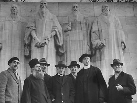 Архим. Кассиан Безобразов и организаторы ВСЦ перед памятником деятелям Реформации в Женеве. 1 марта 1946 г.