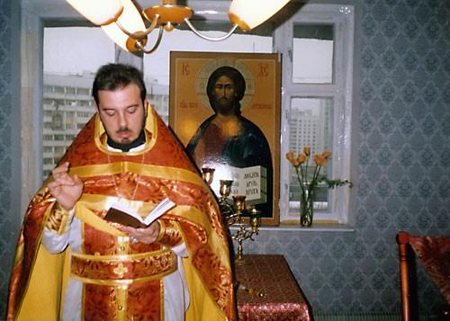 Стефано Каприо совершает первое богослужение в часовне святителя Филиппа. Москва, 22 января 1996 г.