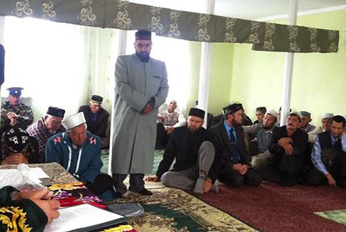 Священник на совещании имамов