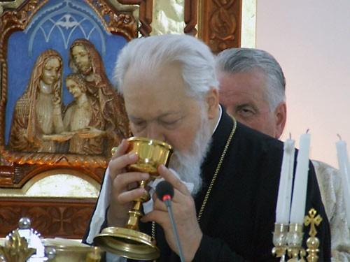 Митр. Николай (Корняну) причащается с униатами в Тимишоаре. 25 мая 2008 г.