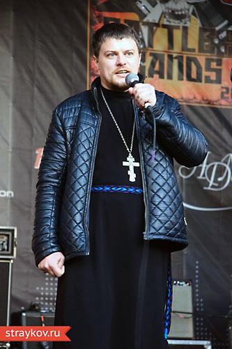 Священник Иоанн ФЫедоринов проповедует с рок-сцены в Сокольниках. 19 октября 2013 г.