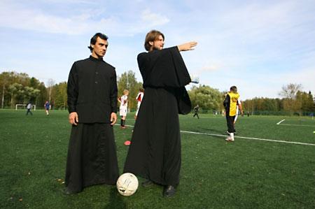 Капитан епархиальной команды о. Глеб Грозовский справа.