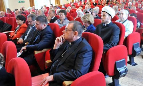 Католический архиепископ Паоло Пецци и представитель Равиля Ганутдина.
