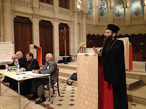Отец Иов Геча выступает перед собранием Архиепископии.