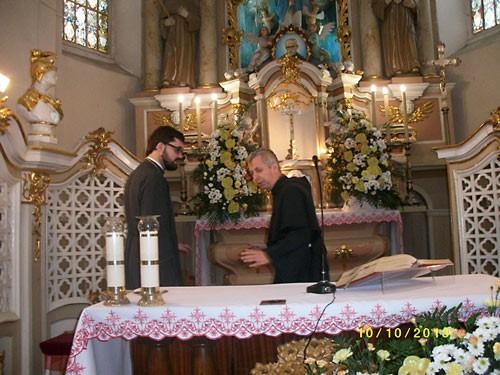 Ксендз Юзеф Макарчик и о. Дмитрий Левчук (слева) в католическом алтаре.