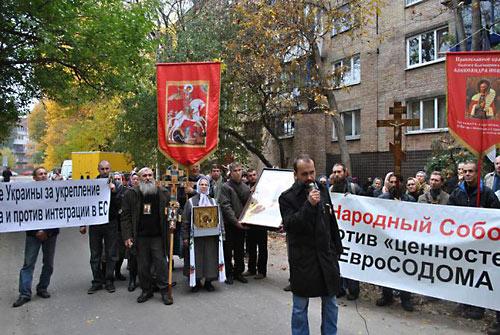 Крестный ход против интеграции Украины с «Евро-Содомом» прошел по центру Киева 14 октября 2013 года.