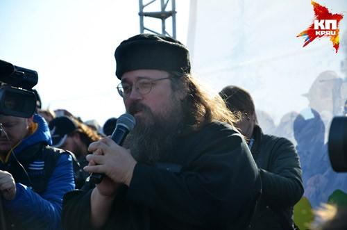 Протодьякон Андрей Кураев на митинге в поддержку кощунственного спектакля «Тангейзер». Новосибирск, площадь Ленина, 5 апреля 2015 г.