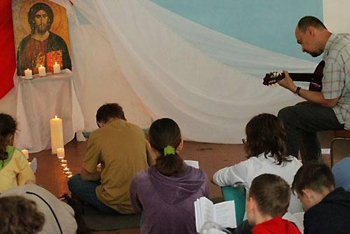 В летнем лагере последователей о. Александра Меня из московского храма свв. Космы и Дамиана. В программе: «тематические мастерские, обсуждение Евангелия, игры, спорт, танцы, кружки и многое другое».