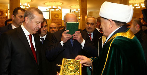 Зачем Александр Лукашенко поцеловал Коран