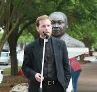 Бывший священник Натан Монк перед бюстом Мартина Лютера Кинга