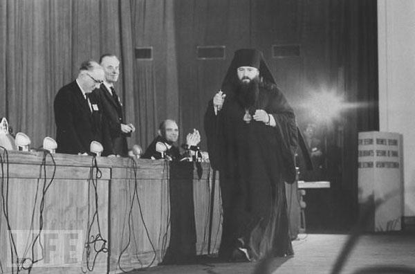 Никодим Ротов на 3-й Ассамблее ВСЦ в Нью-Дели. Декабрь 1961 года. Митр. Никодиму аплодирует Виссерт Хуфт.