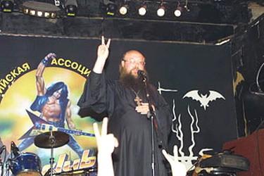 о. Сергий (Рыбко) на рок-концерте