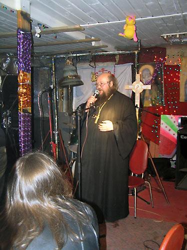 О. Сергий в рок-клубе, созданном им при храме
