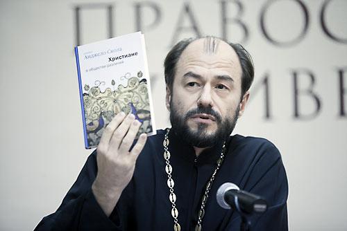 О. Владимир Шмалий с книгой кардинала Сколы.