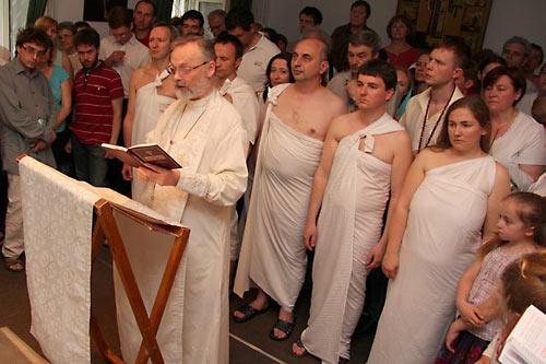 19 мая к Преображенскому братству (секта о. Георгия Кочеткова) присоединилось 115 человек. Это христиане, больше года проходившие модернистскую индоктринацию. Пять же человек (на фото) приступили к таинству крещения.