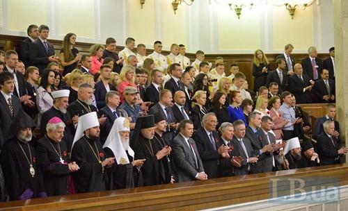 Представители УПЦ МП не встали при зачитывании имен украинских карателей