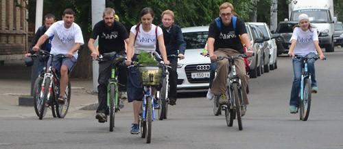 В корзинке велосипеда - икона Успения Пресвятой Богородицы.