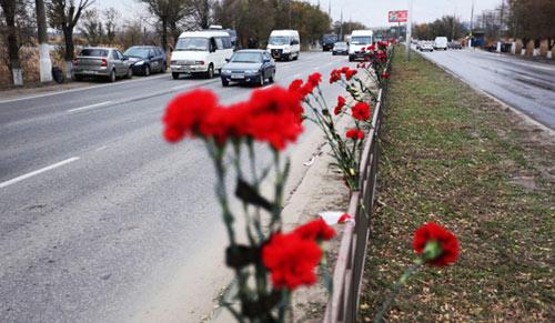 Цветы на ограждении разделительной полосы неподалеку от места подрыва пассажирского автобуса в Волгограде.