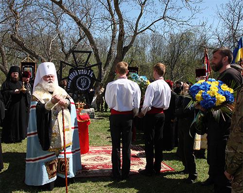 """На кресте: флаг с надписью """"Воля України — або смерть""""."""
